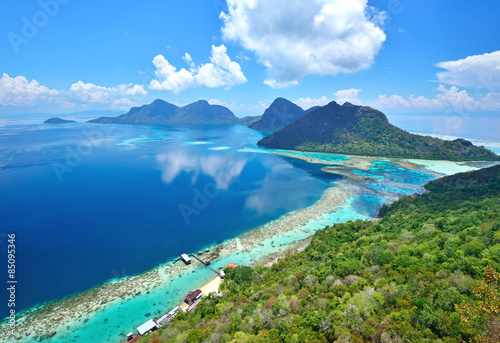 Pinturas sobre lienzo  Aerial view of tropical island of Bohey Dulang near Siapdan Island, Sabah Borneo, Malaysia