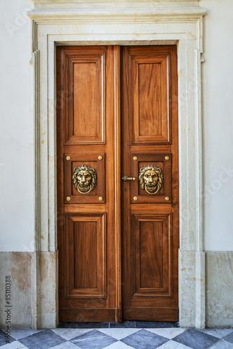 drewniane-stare-drzwi-ze-zlotymi-zdobieniami