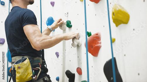 Foto op Canvas Alpinisme Uomo arrampicata su parete
