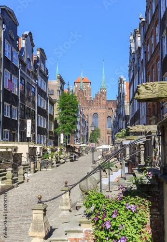 gdansk-stare-miasto-ulica-mariacka-na-wprost-bazylika-mariacka-z-wieza-dzwonnicy-na-ktorej-jest-punkt-widokowy-na-gdansk-odwiedzany-przez-wszystkie
