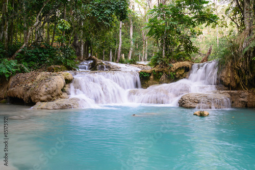 In de dag Groene koraal Kouangxi waterfall at Luang Prabang in Laos.