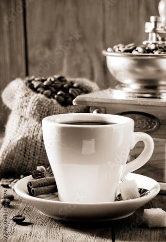 filizanka-kawy-na-drewnie