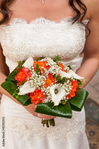 Sposa Con Bouquet.Sposa Con Bouquet Di Rose E Calle Colorato Buy This Stock