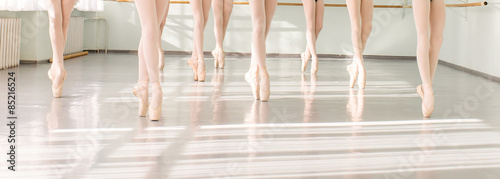 In de dag Dance School legs of dancers ballerinas in class classical dance, ballet