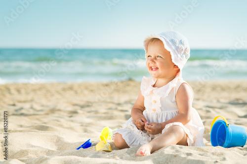 Plakat Dziecko bawić się przy morzem