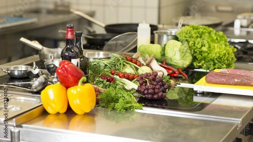 Küche, bzw. Mensa mit Gemüseanordnung auf Edelstahl Tableau sur Toile