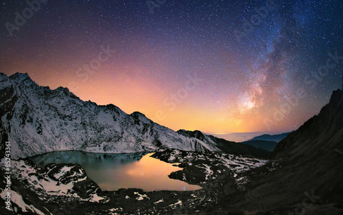 Stampa su Tela  Milky way under the mountains