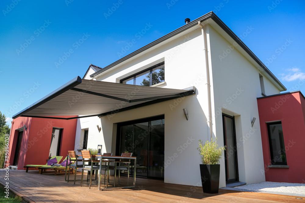 Maison Moderne, Terrasse en bois et store banne Foto, Poster ...