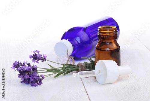 Montage in der Fensternische Lavendel flacons d'huile essentielle de lavande