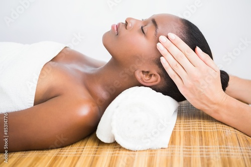 Photo  Pretty woman enjoying a head massage