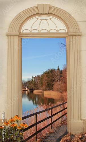 archway-z-widokiem-na-jesienne-jezioro