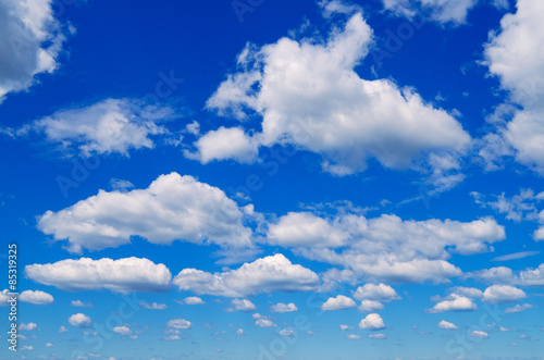 La pose en embrasure Ciel Blue sky with clouds.