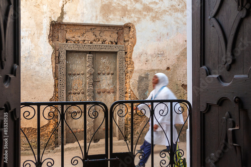 Poster Zanzibar alleyway door and pedestrian.