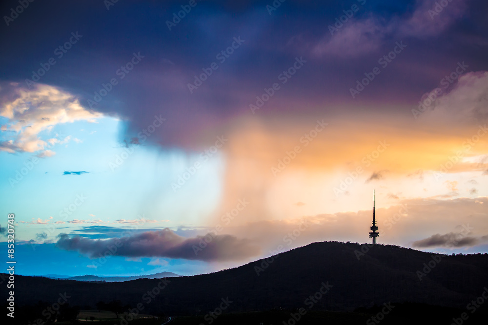 Foto  Rain clouds accumulated behind the Black Mountain in Canberra, Australia in the