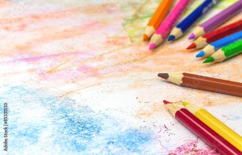 kolorowe-kredki-na-kolorowym-papierze