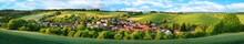 Ortschaft Und Grüne Hügel, E...