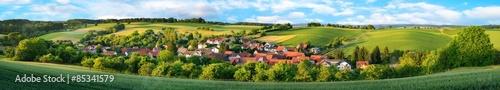 Fotografie, Obraz  Ortschaft und grüne Hügel, extra breites Panorama
