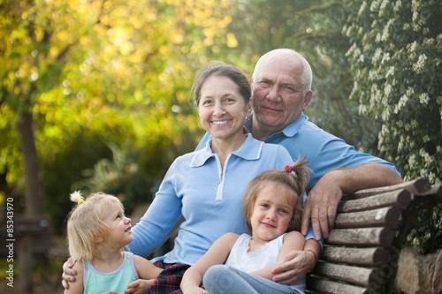 Plakat starsza para z dziećmi