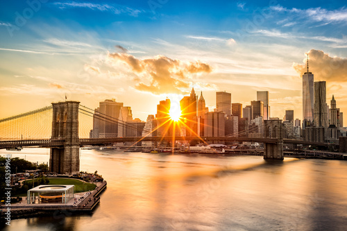 Brooklyn Bridge et l'horizon de Lower Manhattan au coucher du soleil Poster