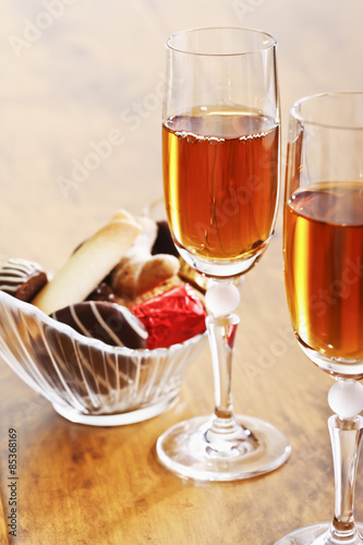 Gläser mit Sherry Wein und Glasschälchen mit Konfekt