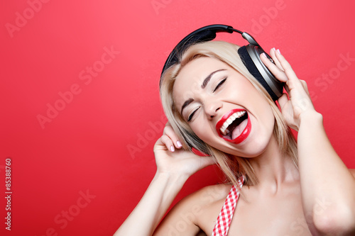 Photo  Young blond-haired woman with headphones