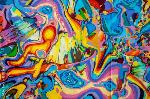 Fotografia  graffitis aux couleurs vives sur murs et gouttières