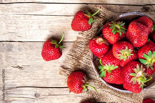 owoc-swieze-truskawki-na-starym-drewn
