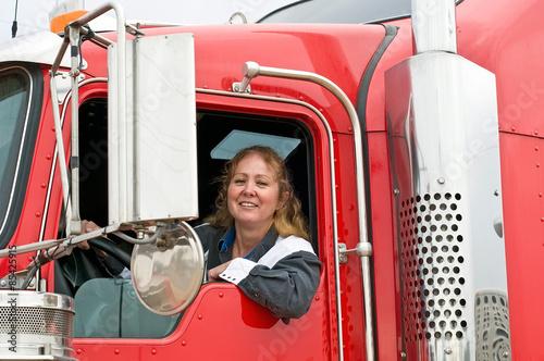 Fotografía  Mujer que conducía un camión de dieciocho Wheeler
