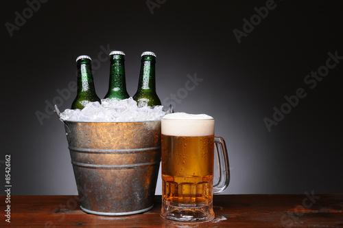 wiadro-piwo-z-kubkiem-na-drewnie