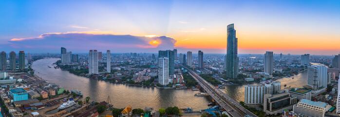 Krajolik rijeke u gradskom krajoliku Bangkoka sa zalaskom sunca