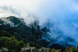 Chmury zakrywające szczyt góry