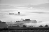 Wierza wiejski kościół w mglistym jesień ranku. - 85456140