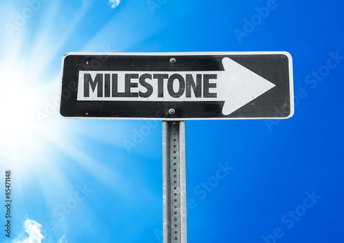 Foto  Milestone direction sign with a beautiful day