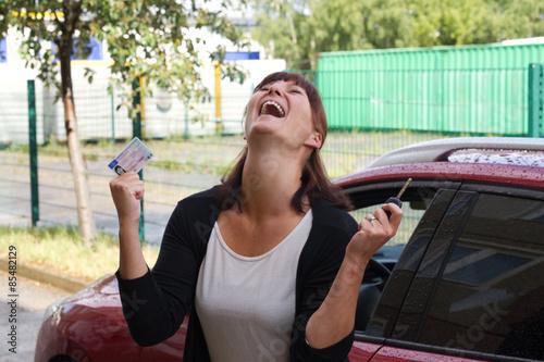 Photographie  Frau über Ihren Führerschein
