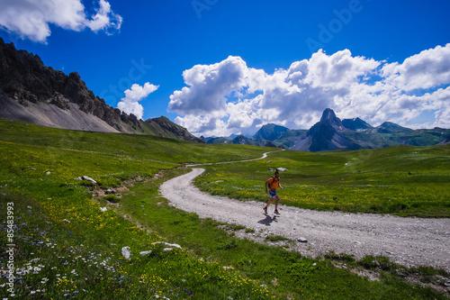 Valokuva  Allenamento di trail running su strade di montagna