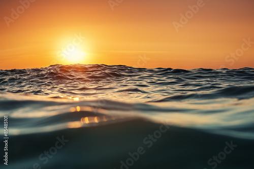 Stickers pour portes Eau Sea wave close up, low angle view