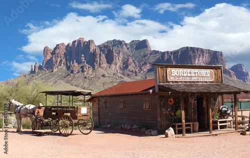 Fotografie, Obraz  Staré město Wild West Kovboj s koněm kočárem a horami v pozadí