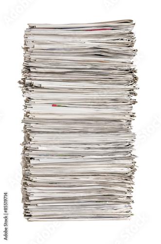 Zeitungsstapel vor einem weißen Hintergrund Fototapete