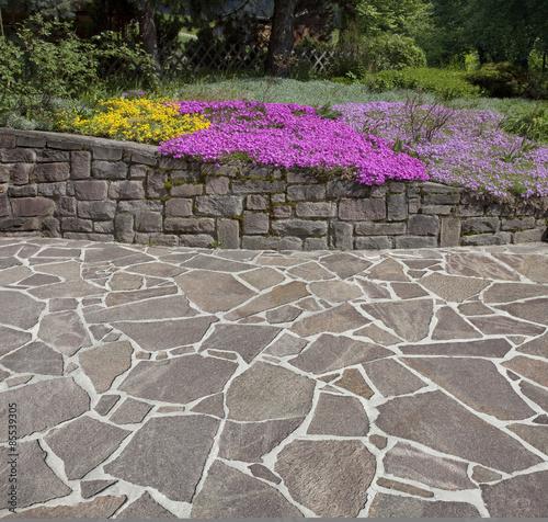Foto Blumenbeet mit Parkterrasse