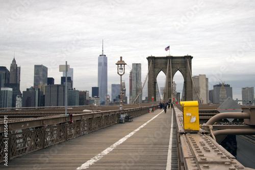 Naklejka premium Brooklyn Bridge chodnik w Nowym Jorku w pochmurny dzień