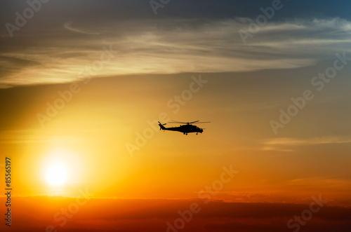 fototapeta na szkło śmigłowiec bojowy sylwetka na tle nieba