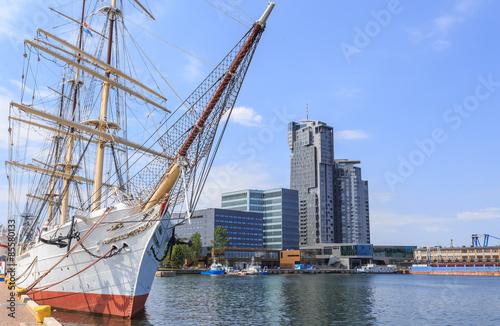 Obraz Gdynia nad morzem Bałtyckim. Statek Żaglowy zacumowany przy Molo - fototapety do salonu