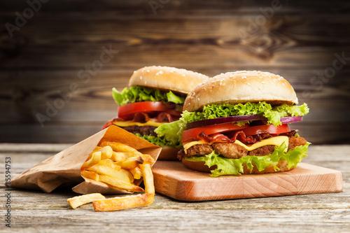 pyszny-hamburger-i-frytki