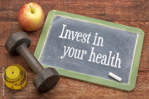 Láminas  Invest in your health advice on blackboard