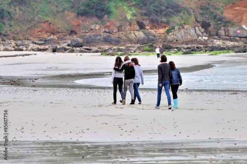 Fotografia  Des jeunes filles se promènent sur la plage de Trestel