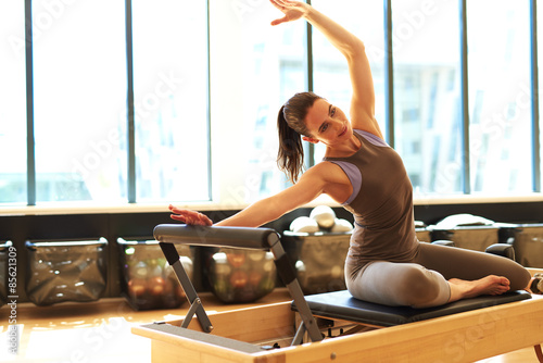 Photo  Attractive brunette in pilates class