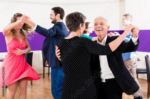 Gruppe von Paaren in Tanzschule beim Tanzen