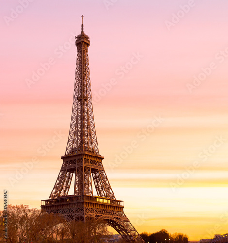 Fotografia Eiffel Tower at Sunset with copy space