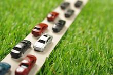 緑の草原と車の渋滞