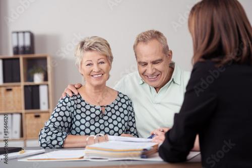 Fotografía  Lächelnde senioren lassen sich beraten